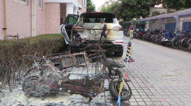 视频|不幸躺枪!老外电瓶车违规拖线充电 自燃后烧毁一旁豪车