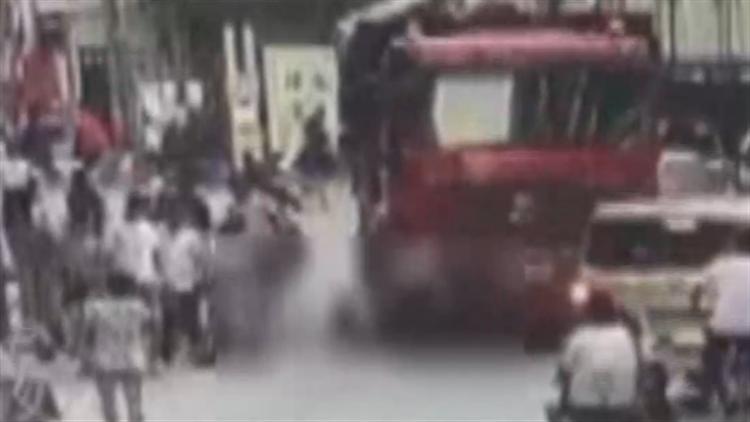 视频|母爱如山!街边女童冲向大货车 母亲以身相救双双被压