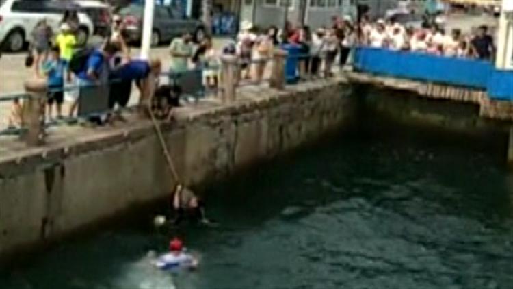 视频|女童坠入海中命悬一线 救援队员下水救人也被困 游艇出动解围