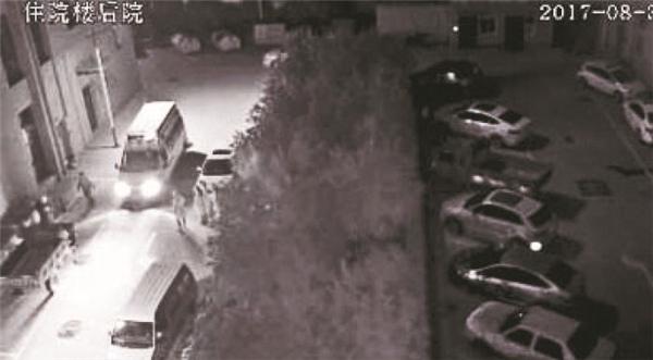 产妇坠楼后的监控画面显示,有急救车赶到现场