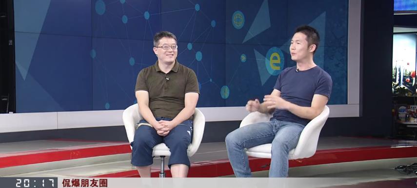 左起,五星体育高级资深记者杨翼,体育评论员、申花球迷许俊君