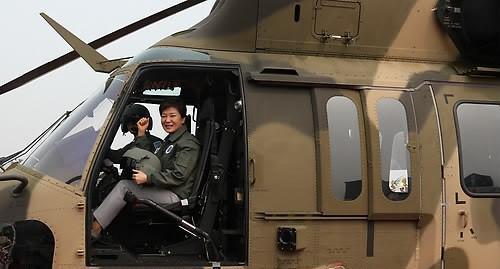 朴槿惠试乘韩国Surion直升机