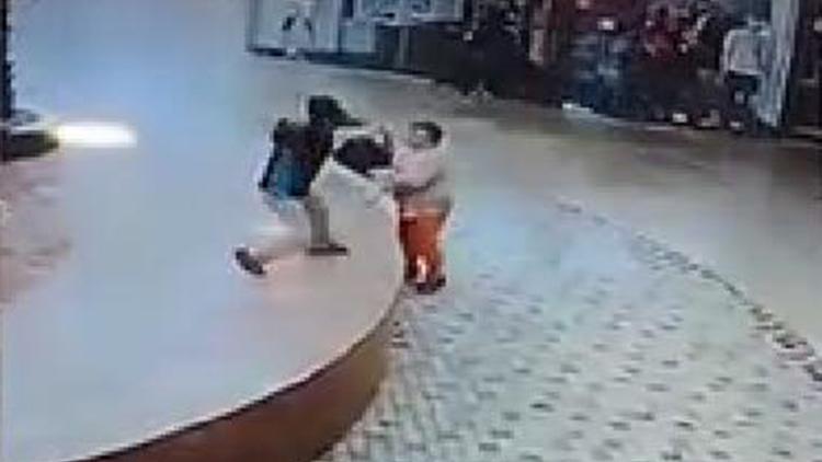 墨西哥地震生死瞬间:妇人刚逃开 玻璃砸落地面