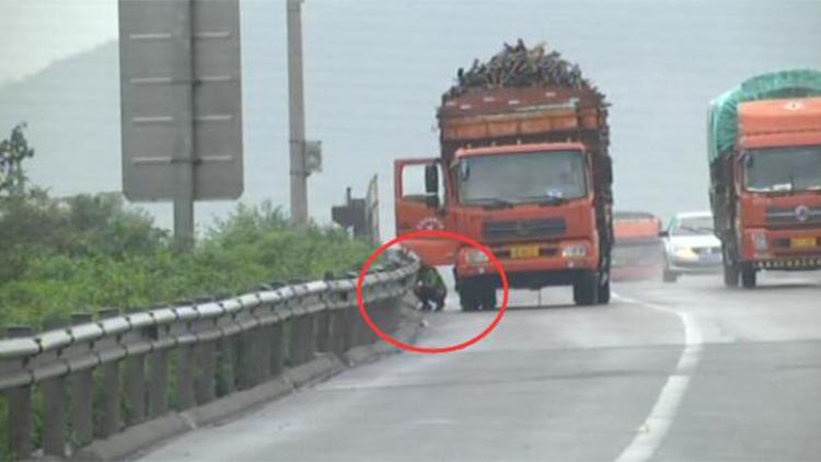 货车高速停车副驾驶下来一人蹲地上 竟是……