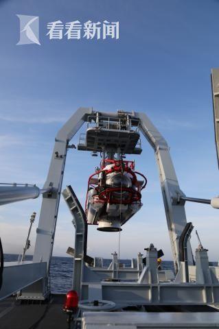 中国海军长岛船吊放深潜救生艇