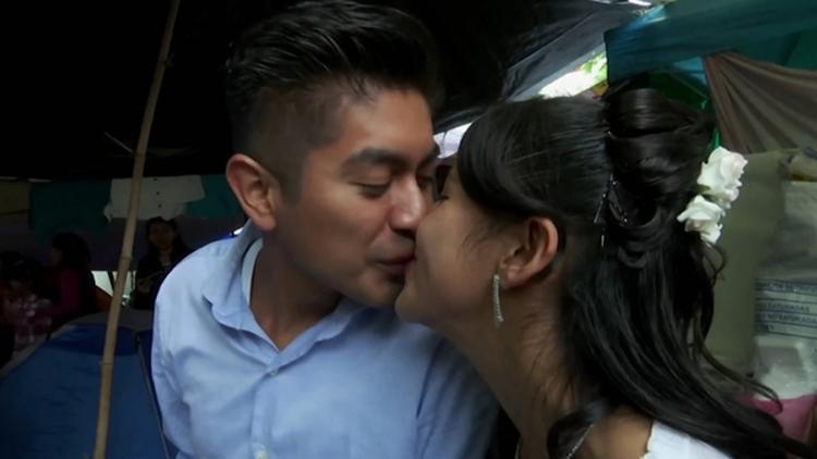 日子总要过下去!墨西哥灾区举行震后的首场婚礼