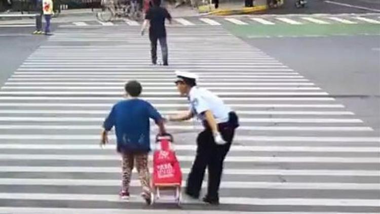 倔强老太执意闯红灯 交警劝阻不成护送过马路