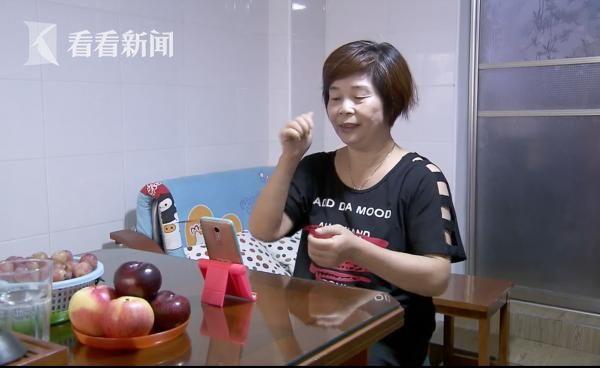 徐金妹和聋人朋友手语聊天