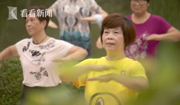 徐金妹和社区居民广场舞