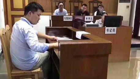 南京暴雨致法庭被淹 法官淡定水中审案