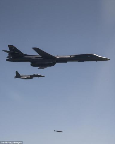 美军B-1B轰炸机与韩国F-15战斗机进行轰炸演练