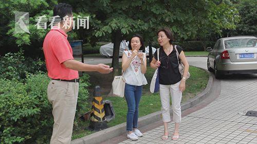 中山公寓居委会主任陈长春在向居民介绍绝育活动