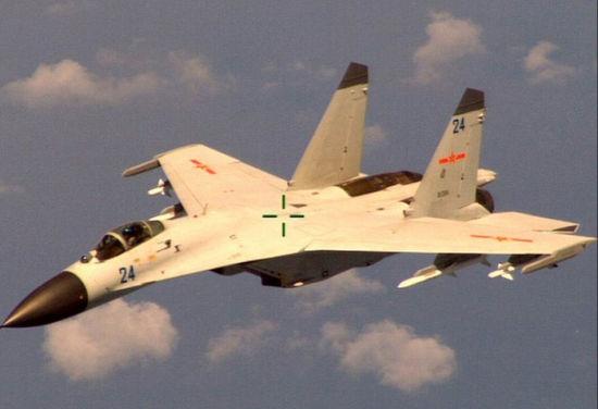 """2014年8月19日以""""滚筒机动""""驱逐外机的我海航歼-11B战机"""