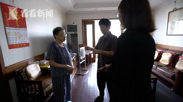 节目组将周鹏程制作的毛笔,送到上海周慧珺老师的家中