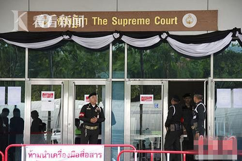 """8月25日,泰国最高法院门口警卫森严。法庭原定当天对泰国前总理英拉""""大米收购案""""进行宣判,但英拉称身体不适没有出庭,请求延期宣判。"""