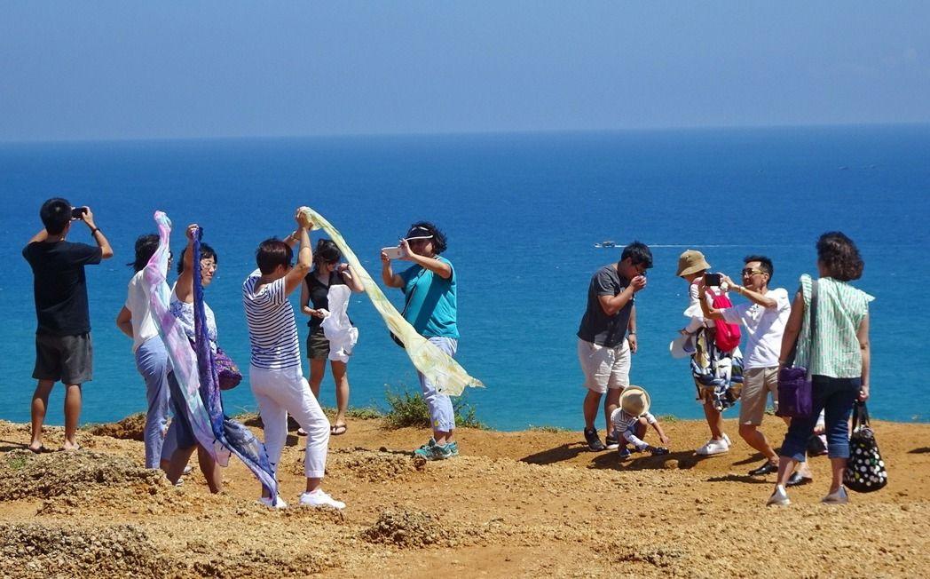 陆客黄金周涌入台湾垦丁 业者惊呼:他们回来了