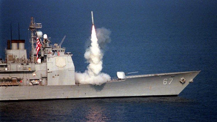 1996年9月 夏洛伊号在波斯湾发射一枚巡航导弹