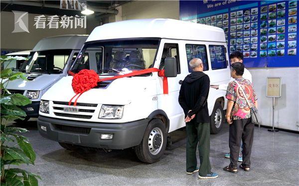 谷向东打算再换新车携妻周游世界.jpg