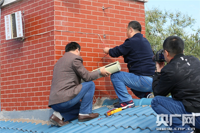 工作人员检修广播设备