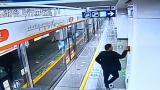 """视频   出于好奇""""按一下试试"""" 监控拍下男子按响地铁急停按钮后火速逃离"""