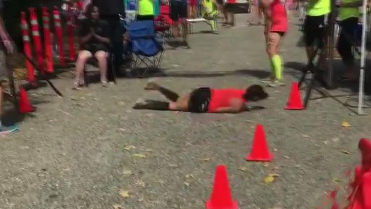 """视频 美国女子跑马拉松体力不支不慎摔倒 破皮流血坚持""""滚""""到终点"""