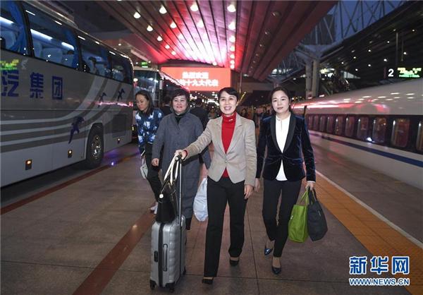 10月15日,来自湖北省的党的十九大代表抵达北京。新华社记者 张领 摄