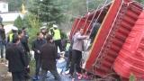 视频 一个都没少!货车侧翻10吨苹果散落一地 附近村民出手相助无人哄抢
