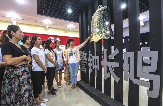 2017年6月25日,河北省枣强县干部家属参观廉政教育基地。(新华社记者 李晓果 摄)