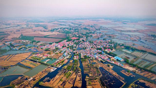 2017年4月1日,河北雄安的名字传遍海内外。中国共产党以千年坐标谋划未来的气度和担当震惊了世界。这是河北雄安新区白洋淀内的村庄(2017年4月9日 新华社记者 牟宇 摄)