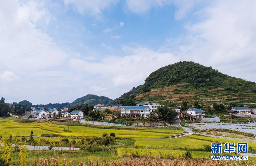 """这是2017年9月9日拍摄的贵州省遵义市播州区花茂村。花茂村过去是远近闻名的贫困村,这些年通过发展乡村旅游,村民们实现了脱贫致富。初心,穿越时空,永志不忘。 使命,接续担当,催人奋进。 """"为中国人民谋幸福,为中华民族谋复兴"""",一个走过近百年历程的世界第一大党,在其第十九次全国代表大会上如此宣誓她的初心和使命。岁月磨砺,党心民心,始终心心相印。当拥有8900多万党员的党始终把人民置于最高位置,始终把人民对美好生活的向往作为奋斗目标,始终同人民想在一起、干在一起,这个党领导13亿多人民决胜全面建成小康社会、建设新时代中国特色社会主义的事业必将取得胜利!中华民族伟大复兴的中国梦必将实现!新华社记者 朱炜 摄"""
