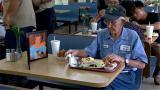 视频 至死不渝!93岁深情老翁每天到同一家餐厅 对着亡妻照片吃午餐