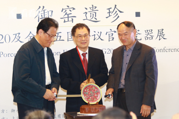 上海御承堂博物馆董事长蔡暄民(中)为展览揭幕