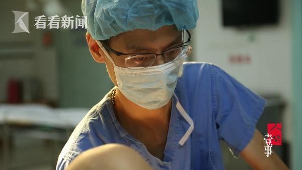 庄旭医生查看分娩进程