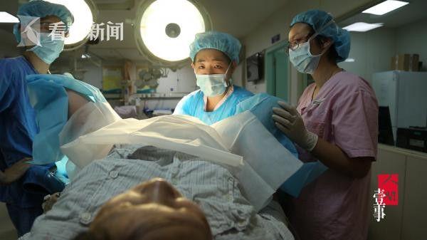 三位医护人员帮助生产