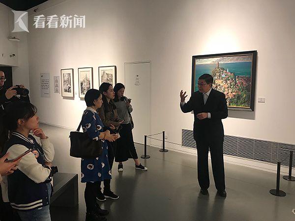 贺寿昌向记者讲解画作