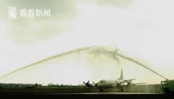 首架P-3C抵台时,获得喷水欢迎