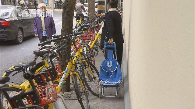 共享单车占道行人侧身而过.jpg