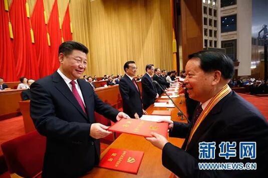 资料图片:2016年7月1日,庆祝中国共产党成立95周年大会在北京人民大会堂隆重举行。这是习近平等在大会上向受表彰的先进个人和先进集体代表颁奖。