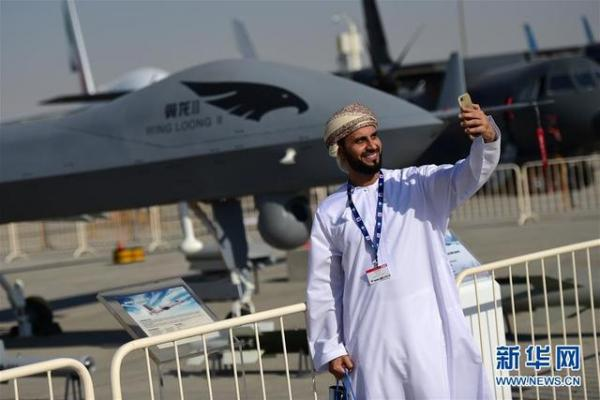 翼龙-2无人机实机展示吸引参展人员合影