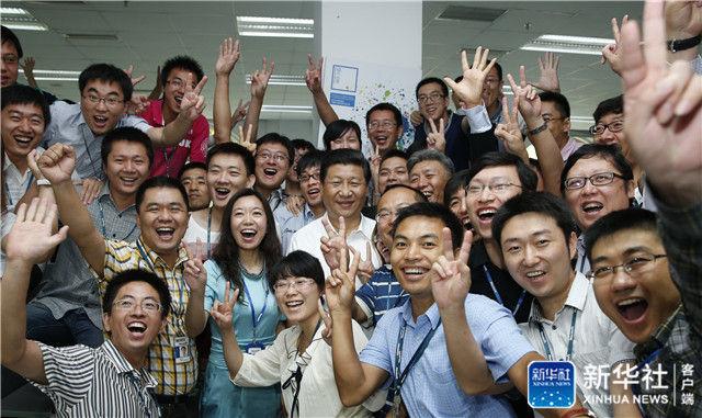 2013年8月29日,习近平在东软集团(大连)有限公司同年轻员工亲切合影。新华社记者 鞠鹏 摄