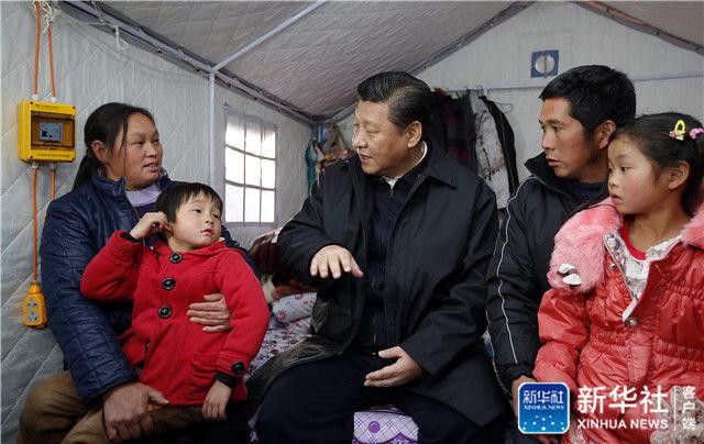 2015年1月19日,习近平来到云南省鲁甸地震灾区过渡安置点看望受灾群众。新华社记者 鞠鹏 摄