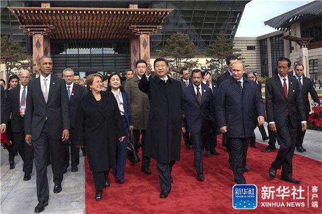 2014年11月11日,习近平与参加2014年亚太经合组织领导人非正式会议的各成员经济体领导人、代表共植APEC亚太伙伴林。这是习近平主席与各成员经济体领导人、代表前往植树。新华社记者 兰红光 摄