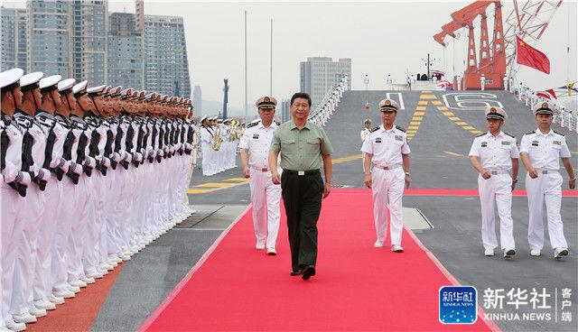 2013年8月28日下午,习近平检阅辽宁舰水兵仪仗队。新华社记者 李刚 摄