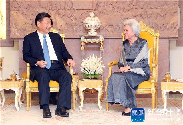 2016年10月13日,习近平在金边看望柬埔寨太后莫尼列。莫尼列太后特意请习近平在西哈努克太皇生前常坐的椅子上就座。新华社记者 姚大伟 摄
