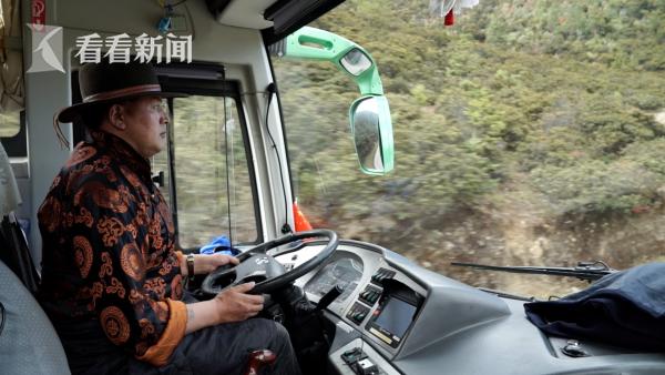 扎西现在的工作是一名环保车驾驶员