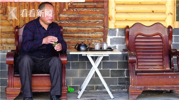 在路边喝茶的林廷洪