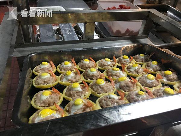 等待进入蒸箱的蛋挞凤尾虾