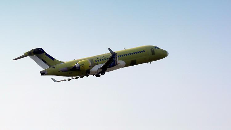 双机齐飞 ARJ21首架公务机飞上蓝天