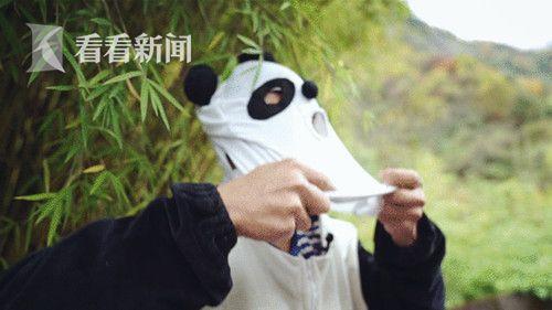 记者和大熊猫野化放归的工作人员一起正在穿工作服