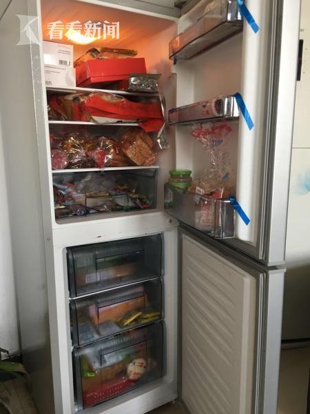 郭小平的办公室从来是敞开的,下了课的孩子经常进来粘他。这间屋子放置有一台冰箱,里面全是孩子们喜欢的各种吃食。